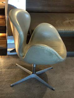 Jacobsen's work is a personal interpretation of functionalism mixed with Danish traditional aesthetic style; a mix which is a core Mid-Century Modern feature. Famous Chair Designs, Arne Jacobsen Chair, Ant Chair, Copenhagen Hotel, Mid Century Modern Living Room, Modern Chairs, Chair And Ottoman, Mid-century Modern, Core