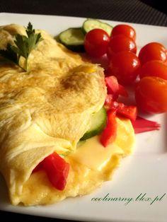 Omlet z ogórkiem, pomidorkami , papryką i serem