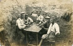 WW1. German soldiers playing cards in the corner of a trench… WW1. soldats…