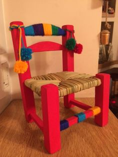 SILLAS HEAMANA Sillitas de mimbre, pintadas a mano. Cada sillita está intervenida artesanalmente y es única. ¡Hechas con mucho amor! Medidas: - Alto... Hand Painted Furniture, Repurposed Furniture, Kids Furniture, Mexican Furniture, Chair Redo, Cozy Room, Vintage Chairs, Cool Chairs, Bottle Art