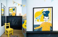 Détail du coin apprentissage de l'écriture avec cette peinture ardoise au mur. Création graphique personnalisée avec le portait du garçon. Chambre réalisée par Delphine Guyart Design