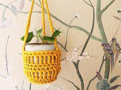 Gratis patroon om leuke houders voor bloempotjes te haken.