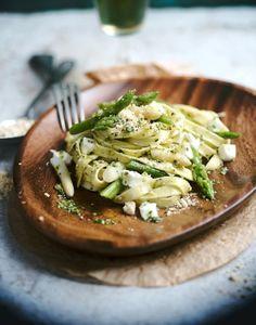 Linguine aux asperges, mozzarella et pesto
