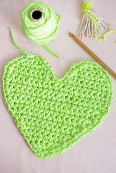 chunky crochet heart tutorial....free pattern!