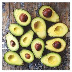 Em dúvida do que comer? Que tal um abacate puro e simples?   Um sinal de que seu paladar desviciou do açúcar é quando você come o abacate puro e o percebe como doce.