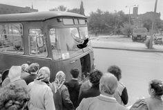 OTTO SNOEK / NOSTALGIA, OEKRAÏNE 1989—1992. Una paloma aletea frente a un autobús averiado.