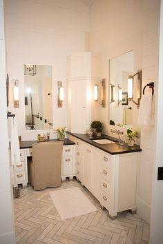 Corner Bathroom Vanity - Design photos, ideas and inspiration. Amazing gallery of interior design and decorating ideas of Corner Bathroom Vanity in bathrooms by elite interior designers. Farmhouse Bathroom Mirrors, Corner Bathroom Vanity, Bathroom With Makeup Vanity, White Vanity Bathroom, Small Bathroom Storage, Bathroom Vanity Cabinets, Bathroom Furniture, Master Bathroom, Bathroom Vanities