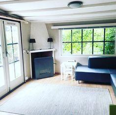 De moderne, lichte woonkamer van huisje 203 op de Sprookjescamping heeft een fijne hoekbank, een behaaglijke kachel en tv met netflix. En natuurlijk veel speelgoed! Netflix, Modern, Chalets, Trendy Tree