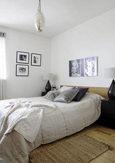 SOVEROMMET: Soverommet er enkelt og moderne innredet med lyse farger. Veggene er dekorert med bilder i svarthvitt.