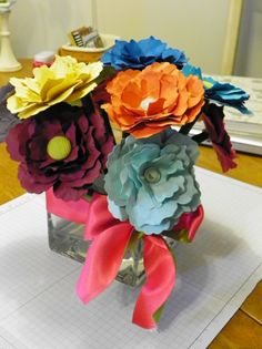 Bouquet of flower pens. Great birthday present idea! When you aren't writing with them, they are decoration for your desk. By Erin Cook Birthday Presents, Birthday Cards, Flower Pens, Craft Fairs, Cool Gifts, Stampin Up, Wedding Planning, Christmas Gifts, Bouquet