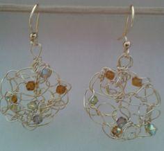 Aretes tejidos en oro laminado c/cristales.