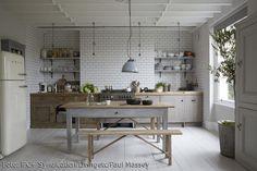 Weiße Metro-Fliesen rustikale Möbel sorgen für Wohnlichkeit in der Küche. Große Küche mit Esstisch als Zentrum – ein skandinavischer Wohntraum! #kitchen #roomido