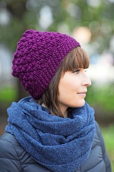 Vettähylkivästä langasta neulottu pipo pitää tukan kuivana sateella. Näyttävä kohoneule on helppo ottaa haltuun. Knitting Patterns Free, Free Knitting, Knit Crochet, Crochet Hats, Slouchy Hat, Beanie Hats, Beanies, Headbands, Knitted Hats