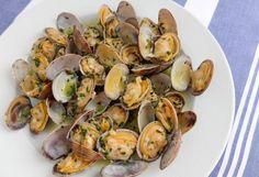 Galician clams in white wine sauce Good Food, Yummy Food, Wine Sauce, Spanish Food, Spanish Recipes, Clams, Tapas, Potato Salad, Paleo