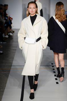 Guarda la sfilata di moda Sportmax a Milano e scopri la collezione di abiti e accessori per la stagione Collezioni Autunno Inverno 2017-18.