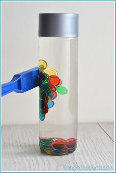Bouteilles sensorielles [DIY] A bottle of water, a few lotto tokens and a magnet … And that's enough to offer kids (and adults too) a new activity! Montessori Education, Montessori Activities, Kindergarten Activities, Science Activities, Toddler Activities, Preschool Activities, Montessori Materials, Toddler Fun, Sensory Bottles