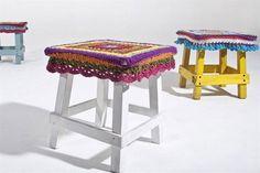 Banquitos: diseños que se adaptan a diferentes espacios  De madera pintada con funda tejida a crochet. Viene en diversos colores (Elementos Argentinos).