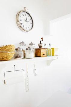 Avohyllyssä säilyvät päivittäisessä käytössä olevat kuivaruoka-aineet. Seinäkello on ostettu Porvoosta. Vanha kahvimylly on Emmin mummon peruja. Lasipullot ja etualalla olevat korit ovat peräisin Intian-matkalta.