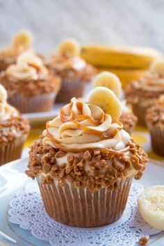 These Banana Caramel Cupcakes are moist, fluffy, tender and have the most perfect banana flavour! Filled with homemade caramel sauce, rolled in toffee bits and topped with Caramel Cream Cheese Frosting — these cupcakes will have your taste buds going Baking Recipes, Cookie Recipes, Dessert Recipes, Mini Desserts, Delicious Desserts, Delicious Cupcakes, Gourmet Desserts, Plated Desserts, Mini Cakes