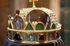An image of the Holy Crown of Hungary also known as the Crown of Saint Stephen, was the coronation crown used by the Kingdom of Hungary for most of its existence. Real Crown, The Crown, Royal Tiaras, Tiaras And Crowns, Royal Jewelry, Gems Jewelry, Gold King Crown, Byzantine Gold, Medieval Jewelry