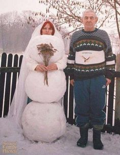 I Love My Wife But She is Very Cold - Guy Marries a Snowman Bride Wedding Photo ---- best hilarious jokes funny pictures walmart humor fail Darwin Awards, Foto Fails, Art Zen, Awkward Family Photos, Awkward Pictures, Random Pictures, Weird And Wonderful, Wedding Humor, Funny Photos