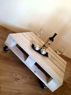 One Pallet Coffee Table with Wheels | 101 Pallet Ideas