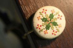 クロスステッチ・お花のバッグハンガーの作り方|刺繍|編み物・手芸・ソーイング|アトリエ|手芸レシピ16,000件!みんなで作る手芸やハンドメイド作品、雑貨の作り方ポータル