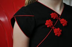 Love the contrasting piping on the petal sleeve. Also, has a tutorial on how to make the frogs/flowers using ric rac.