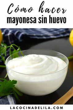La lactonesa es una mayonesa elaborada sin huevo, una forma alternativa ideal de hacer la salsa casera más popular del mundo. Tan solo mezclando ingredientes tan comunes como leche, aceite, un poco de limón y sal, tendremos lista una riquísima mayonesa casera con la que nadie notará la diferencia.
