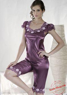 Damenpyjama in lila oder in rosa, Pyjama Satin, Satin Sleepwear, Satin Pajamas, Sleepwear Women, Pink Satin Dress, Satin Kimono, Satin Dresses, Satin Lingerie, Pretty Lingerie