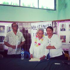 Compañera de MORENA ACAPULCO, saludando al Dr. Pablo Sandoval.