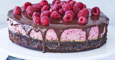 Kombinationen af intens brownie og frisk hindbærmousse er helt fantastisk. Og selvom det burde være nok i sig selv, så løfter chokoladeganachen kagen til helt nye højder. Fancy Desserts, Cookie Desserts, Dessert Recipes, Afternoon Tea Cakes, Pistachio Cake, Bowl Cake, Danish Food, Cakes And More, Cupcake Cakes