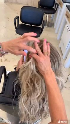 Cute Hairstyles For Teens, Easy Hairstyles For Long Hair, Messy Hairstyles, Pretty Hairstyles, Sporty Hairstyles, Thick Frizzy Hair, Frizzy Hair Tips, Beauty Tips For Hair, Hair Beauty