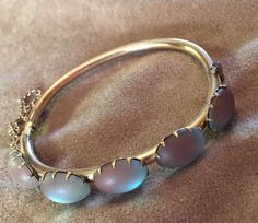 ANTIQUE VICTORIAN ROSE ROLLED GOLD SAPHIRET ART GLASS HINGED BANGLE BRACELET