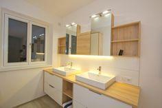 Bad in Kernbuche mit Aufsatztwaschbecken in Keramik Double Vanity, Bathroom Lighting, Mirror, Design, Furniture, Home Decor, Carpentry, Full Bath, Bathroom Light Fittings