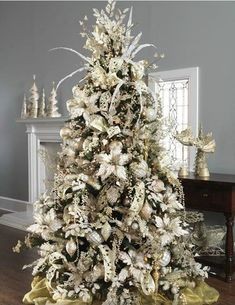 Elegant Christmas Tree Decor Ideas – Original Home Holiday Party DIY - Bored Fast Food Noel Christmas, All Things Christmas, Classy Christmas, Christmas Photos, Lace Christmas Tree, Christmas Style, Luxury Christmas Tree, Christmas Music, Winter Christmas