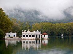 La boira, els arbres, la pesquera, el cigne i l'Estany de Banyoles by queropere, via Flickr (Catalunya - Catalonia)