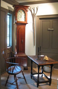 During Colonial times there was a clock tax ly the well to do had an awesome Grandfather clock like this one Primitive Living Room, Primitive Homes, Colonial Furniture, Primitive Furniture, Antique Furniture, Prim Decor, Country Decor, Country Homes, Primitive Decor