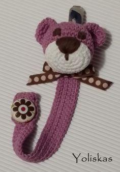 Chupetero cabeza de osito hecho a crochet con botón forrado en tela.