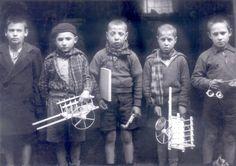 Niños con juguetes de madera en la zona republicana