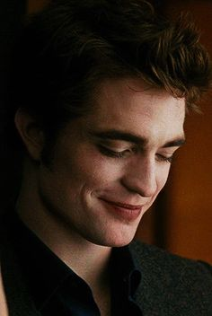 Robert Pattinson as Edward Cullen in New Moon 2009 Twilight Edward, Twilight Cast, Edward Bella, Twilight New Moon, Twilight Series, Twilight Movie, Edward Cullen Robert Pattinson, Robert Pattinson Twilight, Edward Pattinson