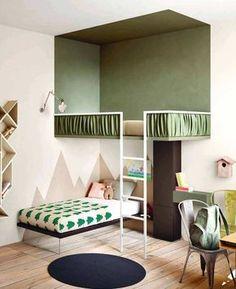 Chambre d'enfants originale avec un lit en mezzanine. La chouette idée ? Avoir peint le mur pour délimiter l'espace visuellement et créer un véritable effet cabane.