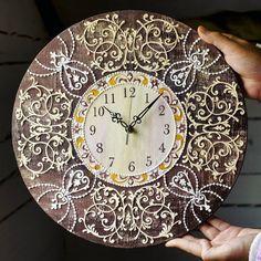 Часики были сделаны на заказ) я сейчас редко появляюсь в инсте, и меньше рисую... Обучаюсь новому творческому ремеслу😌 давно об этом мечтала, но что это пока секрет. Дело не лёгкое) И вообще нормально это осваивать уже четвертую профессию, вечно меня куда то тянет, не могу остановиться😂🙃 Clock was made to order) Clock Craft, Clock Painting, Art Deco Watch, Royal Icing, Decoupage, Mosaic, Decorative Plates, Crafts, Furniture
