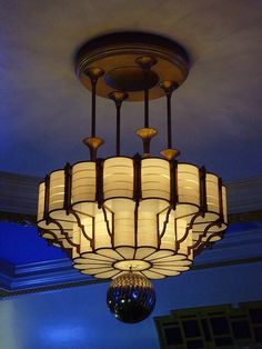 Camden Centre, Bidborough Street: London art deco light by Arte Art Deco, Art Deco Era, Art Deco Chandelier, Art Deco Lighting, Lounge Lighting, Bubble Chandelier, Vintage Chandelier, Vintage Lighting, Deco Luminaire