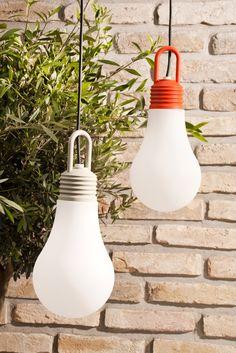 Een hanglamp in de tuin. We zien het steeds meer. Deze mega gloeilamp luistert naar de naam LaDina, heeft een hoogte van 30cm en een doorsnede van 20cm. Is uitgerust met 5 meter snoer en stekker. Oftewel 'plug'. Fitting in oranje en grijs.  Tip: met een zachte ondergrond kan LaDina ook staand worden gebruikt.