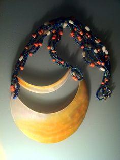 Magnifique collier composé de 2 éléments en nacre ancien (Papouasie), montés avec des perles de rocailles anciennes (Inde), anciennes perles de corail et nacre.  ANEHO Création Necklaces  www.a-neho.com