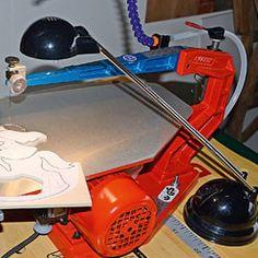 Utiliser une lampe de bureau pour éclairer la scie Dremel, Home Appliances, Animation, Train, Boutique, Sexy, Carving Tools, Decor Crafts, Diy Crafts