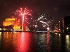 Viele Duisburger feiern den Jahreswechsel mit Feuerwerk im Innenhafen.