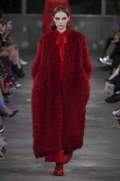 See all the Collection photos from Valentino Autumn/Winter 2019 Pre-Fall now on British Vogue Fall Fashion Trends, Fashion Week, Runway Fashion, Trendy Fashion, High Fashion, Winter Fashion, Womens Fashion, 50 Fashion, Fashion Styles
