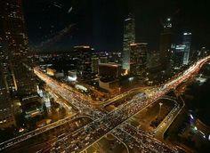9月25日中秋节前,市区的公路上挤满了来来往往的车辆,北京 Beijing China。受新学期开学、中秋国庆双节等影响,9月迎来全年「最堵月」,路面交通指数达到9.2的「严重拥堵」级别。